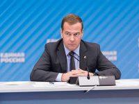 Медведев сообщил о выделении денег регионам на школьные автобусы и «скорые»
