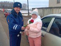 Полицейские с цветами вышли на улицы