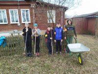 Волонтеры  детского объединения «Подарю улыбку всем» Писцовского ДДТ привели в порядок  территорию около дома пожилой односельчанки.