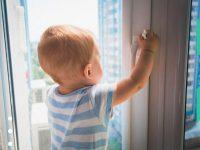 В области участились случаи падения детей из окон